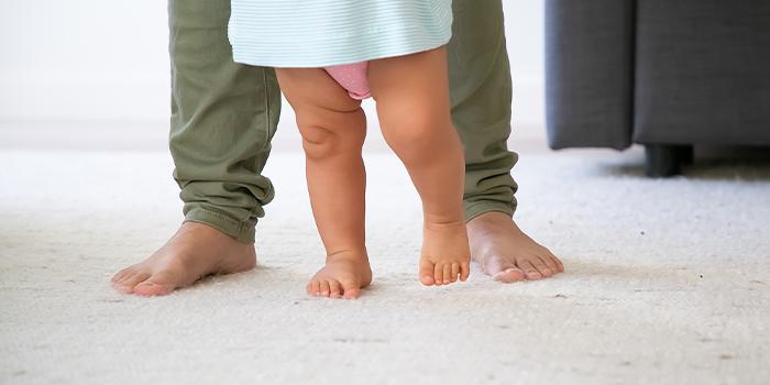 چه کاری انجام دهیم که کودک زودتر راه بیافتد؟
