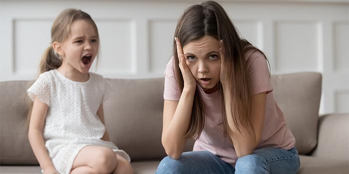 با کودکی که بر روی خواسته هایش پافشاری می کند چه رفتاری باید کرد؟